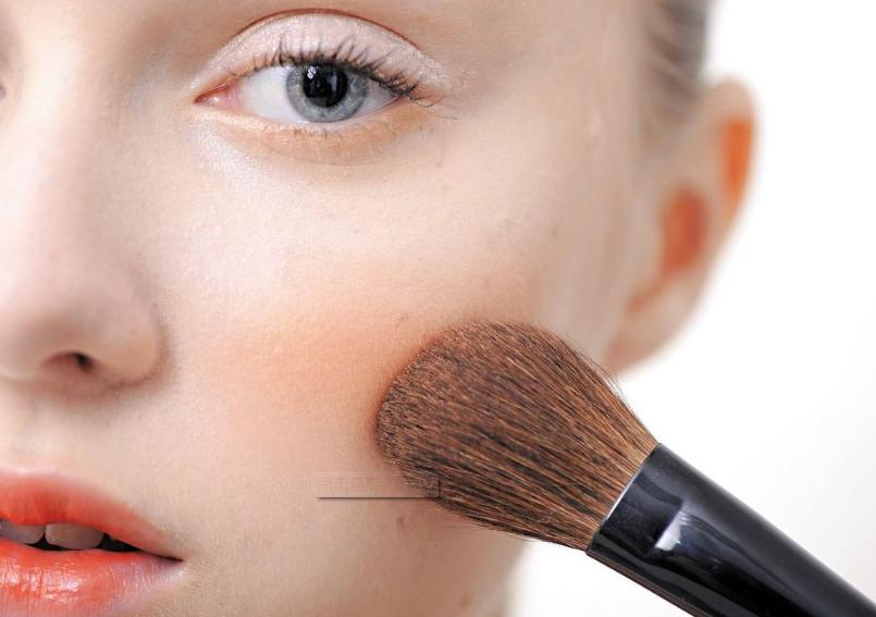 在长沙学化妆要多久?化妆师教你正确涂腮红的技巧