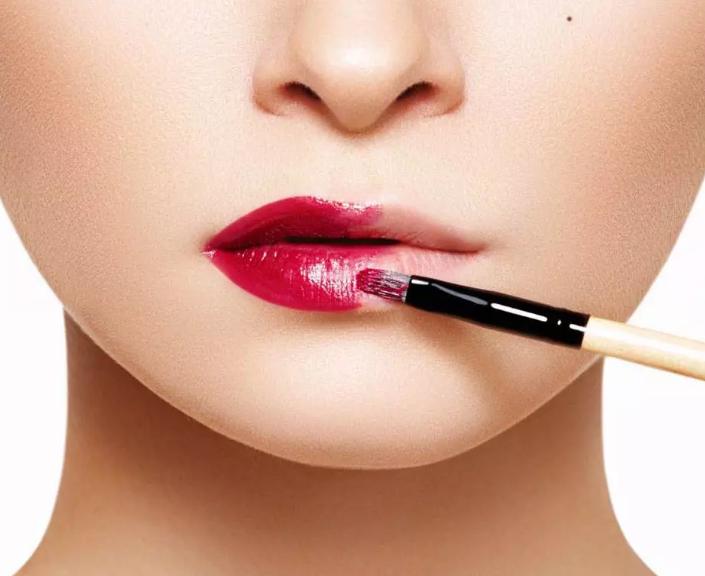 长沙学化妆去哪个学校好?化妆师教你涂口红不脱色
