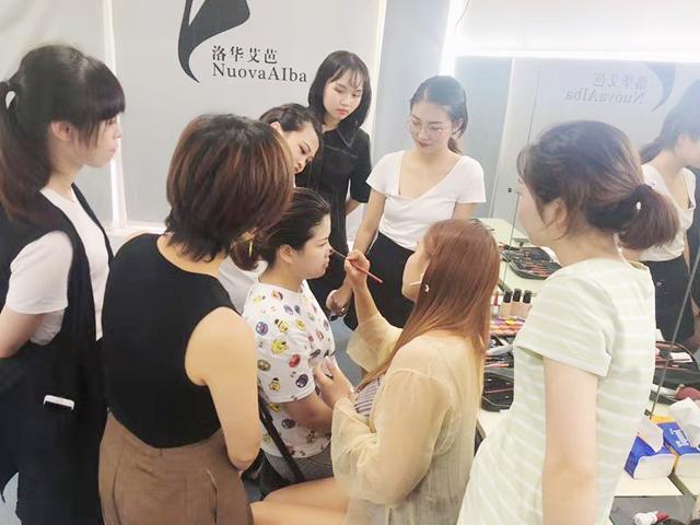 我想学化妆,该如何选择化妆学校