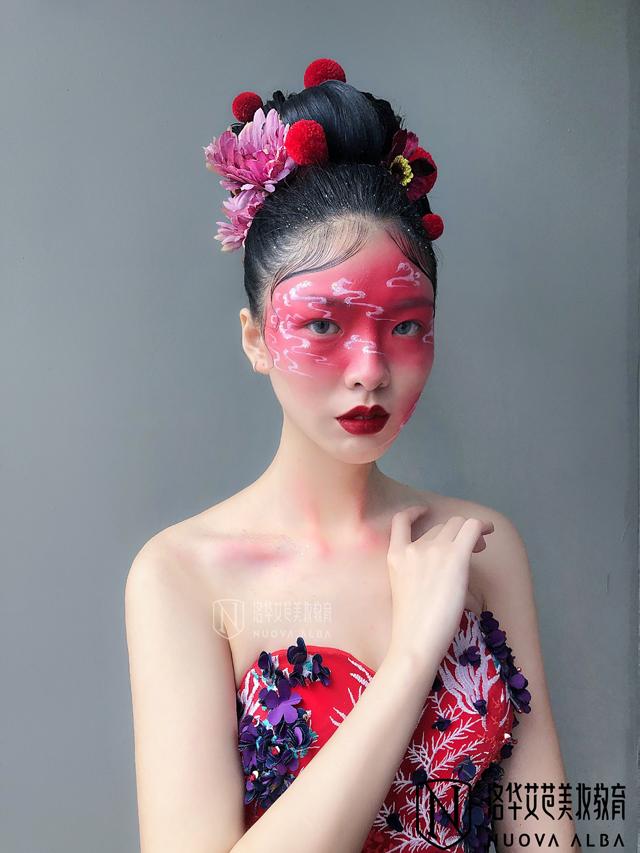 洛华艾芭打造2019年最IN潮妆造型