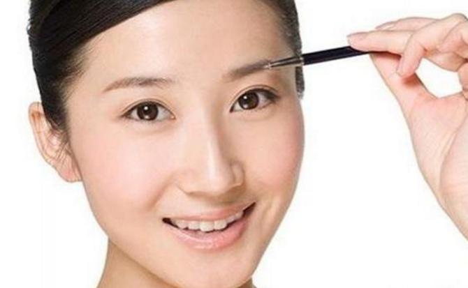 化妆师教你用眉笔这样画眉才好看。